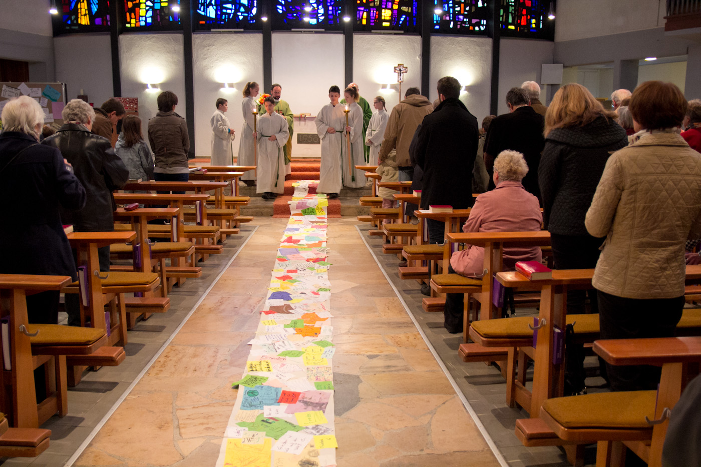 Friedensgrüße für Syrien - Kollage in der Kirche