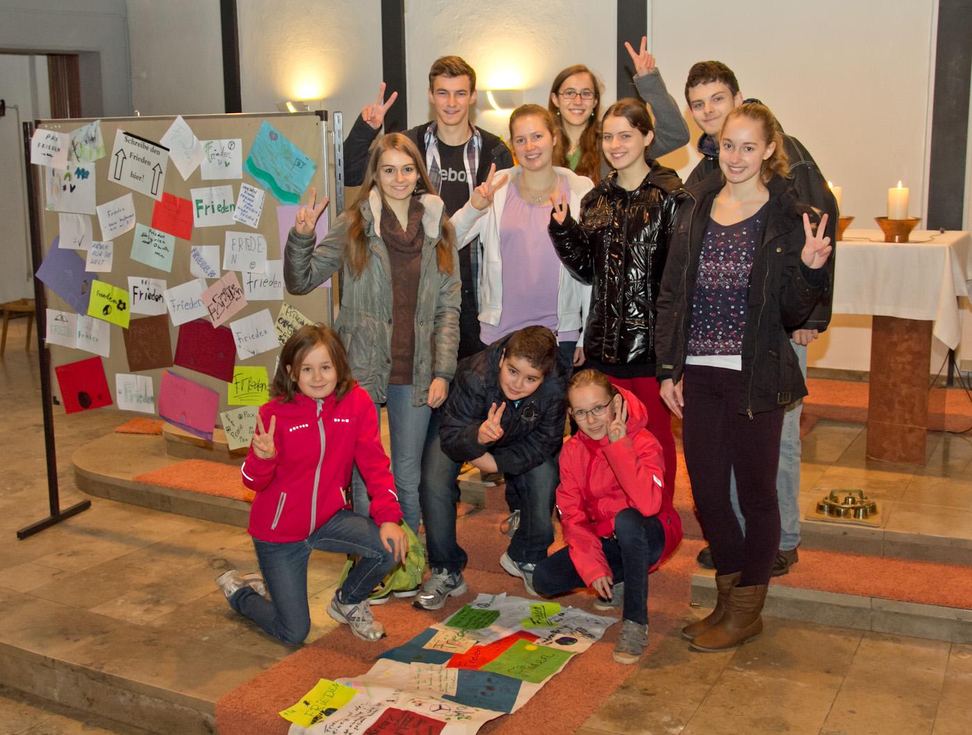 Die Ministranten der Pfarrgemeinde Heilig Kreuz in Auerbach - Friedensaktion